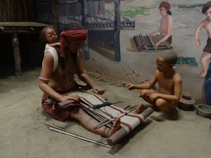 옷 : 십삼행 유적지에서는 선사 시대 사람들이 방적을 위해 사용했던 회전 바퀴가 발견되었습니다. 이는 십삼행 사람들이 간단한 도구를 이용해서 옷을 만들어 입었다는 것을 증명합니다. 하지만 땅 속에서 너무 오랫동안 묻힌 십삼행 사람들이 입었던 옷은 다 부패했기 때문에 현재 그들이 입었던 옷의 색깔이나 스타일을 알지는 못합니다. 그렇지만 대만 원주민들은 주로 옷깃, 소매 및 단추 등으로 수 놓은 옷을 입지 않고 2가지의 천을 덧대 만든 옷을 입습니다. 이를 토대로 십삼행 사람들의 옷도 이와 비슷했으리라 추측하고 있습니다.
