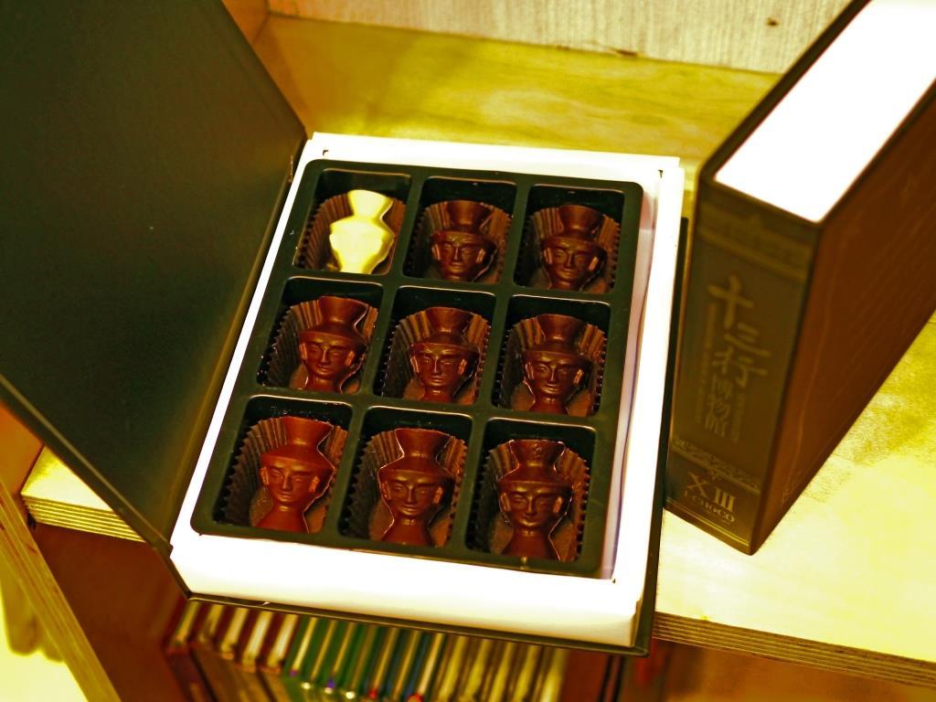초콜릿 선물 박스(사람 얼굴 문양 옹기 모양)